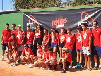 Els jugadors de tennis del Club Natació Olot participen als campionats provincials juvenils