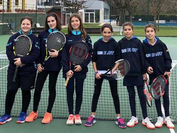 Els equips de tennis benjamí masculí i cadet femení guanyen els seus partits a la Lliga Catalana