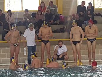 Victòria del CN Olot juvenil de waterpolo en el derbi gironí
