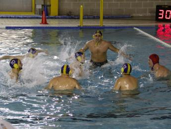 Polèmica derrota de l'equip absolut de waterpolo contra el líder de la categoria
