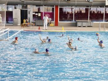 Els juvenils de waterpolo del CN Olot no poden fer res contra el Molins de Rei en un partit marcat per la polèmica arbrital