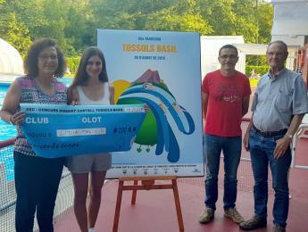 Lliurament del premi a la guanyadora de la 4a edició del concurs de disseny del cartell de la Tossols-Basil
