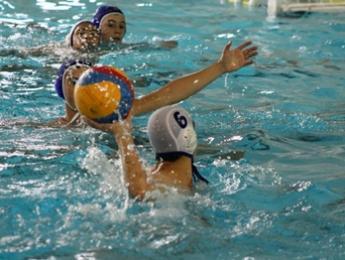 Els juvenils de waterpolo del CN Olot van encaixar una derrota a la seva piscina contra el Molins de rei per 11-12
